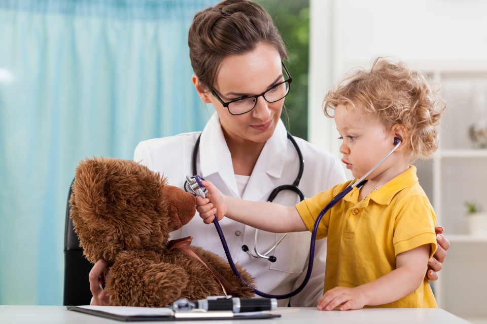 childs-ear-infection-require-trip-to-doctor-rn-960x640
